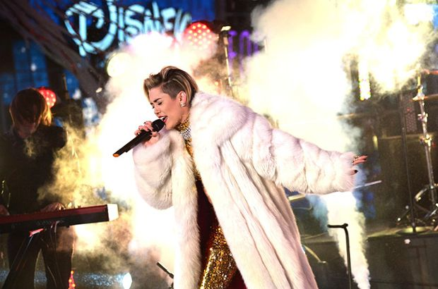 miley-cyrus-3-dick-clark-rocking-nye-2014-650-430